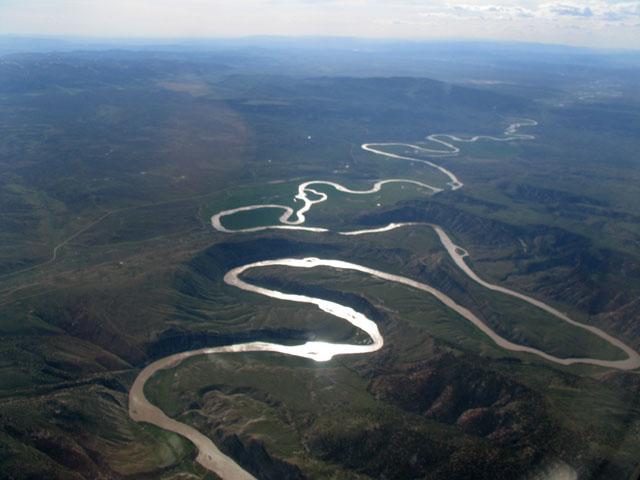 """蛇河发源于怀俄明州黄石国家公园附近,向西流经斯内克河峡谷进入爱达荷州,由东向西穿越整个爱达荷后,蛇河折向北流,成为爱达荷州与俄勒冈州和华盛顿州的边界。蛇河末端折向西,在华盛顿州汇入哥伦比亚河。蛇河全长1670公里,流经怀俄明、犹他、内华达、爱达荷、俄勒冈和华盛顿等州,流域面积达282000平方公里。由于路易斯-克拉克探险队是首支前往该河流域进行科学考察的队伍,一度也被称为""""路易斯河""""。上蛇河主要用于灌溉和水利发电,下蛇河有一个深1."""