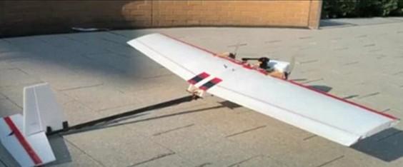 """麻省理工学院航空与航天学副教授、机器人技术研究小组组长尼克•罗伊表示:""""在外形上,我们把它制作成固定翼飞机,而非直升机。我们认为固定翼飞机的可持续飞行时间更长,因为对于直升机而言,能够飞起来就已经是非常困难的事情了。不过我们希望它(机器人飞机)还能够飞得更远,飞得更长久。"""""""
