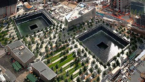 这座纪念馆就建立在世贸中心双子塔被摧毁前的位置上