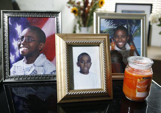 """》报道,谈到孙子泰祥·威廉斯(TySean Williams),外祖母波尔·威廉斯(Pearl Williams)说,""""他做了自己能做的一切,他是为了救我,他太小。""""外祖母将泰祥从小养大。 报道说,11月6日两名男子先是在他家门口敲门,随后强行闯入,泰祥遭枪击死亡。那两名男子已被控罪;泰祥的朋友开始以他的名字呼吁解决当地的枪支暴力,当选市长也访问了威廉斯。 泰祥是那个城市今年以来的第33名受害者。 波尔·威廉斯说,在枪击案当天,外孙参加了高"""