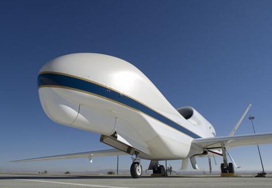"""空军乃至全世界最先进的无人机。作为""""高空持久性先进概念技术验证""""(actd)计划的一部分,包括""""全球鹰""""和""""暗星""""两个部分在内的""""全球鹰""""计划于1995年启动。1999年6月到2000年6月是""""全球鹰""""在美军组织下的部署和评估阶段。根据经费的情况,各种需求按优先顺序的在各个批次中得到满足。到第二个生产循环,即""""全球鹰""""block 10批次,美军在作战能力评估中正式"""