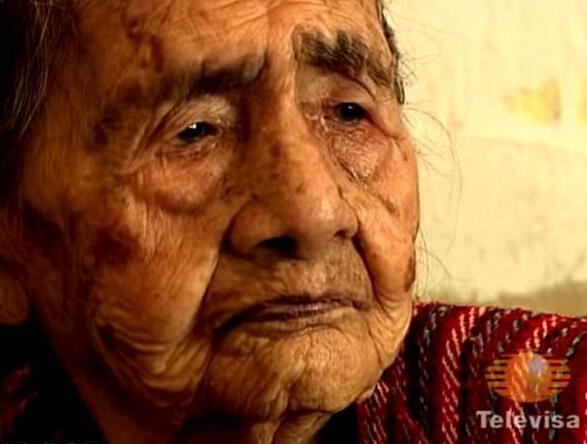 """资讯网Lily编译报道 近日,一位号称""""世界最长寿""""的墨西哥老人和家人热热闹闹地庆祝了自己的127岁生日。她还向众人抛售自己的长寿秘籍:要多吃巧克力、多睡觉、不要结婚。 这位老人名叫林德拉•贝塞拉•伦布雷拉斯(Leandra Becerra Lumbreras),据说生于1887年8月31日。她的五个孩子以及几个孙子辈的孩子都先于她已经去世了。据她的孙女讲,老人精神矍铄,讲起话来滔滔不绝。 不过,因为老人没有有效的出生证明,""""世界第一长寿&rdquo"""