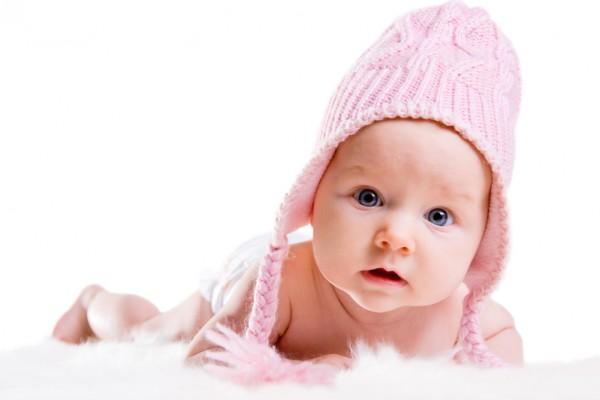 看着刚出生的可爱宝宝